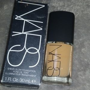 Nars sheer glow foundation med dark Tahoe